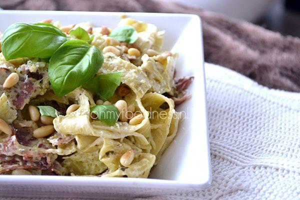 Net als Aglio e Olio is ook Pasta Pesto een eenvouding en traditioneel pastagerecht. Mijn Pasta Pesto is net iets anders en ik deel graag mijn recept!