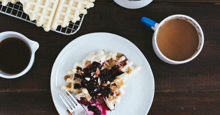 Waffles veganos con compota de arándanos y cerezas. ¿Waffles veganos? ¿Es eso posible? Pues, para la experta en repostería vegana Ashlae Warner nada lo es. Aquí está su receta para cocinar un exquisito y tradicional desayuno norteamericano, con una variante interesante.