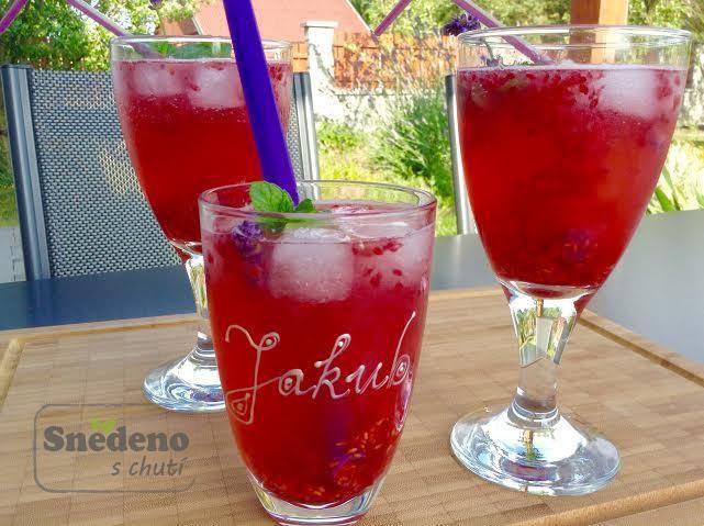 Ledový osvěžující nápoj s čerstvými malinami a citronovou šťávou s rachtajícím ledem a mátovými lístky jsou pravým letním osvěžením.