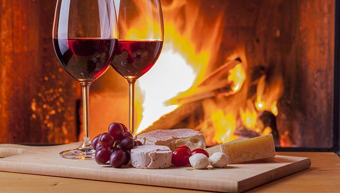 Όσο ακόμα ο καιρός μας κρατάει μέσα, η καλή παρέα συνδυάζεται με ωραίο τσιμπολόγημα. Την εύκολη και καλή λύση προσφέρει το πάντρεμα τυριού και κρασιού, το οποίο παίζει εξίσου καλά σε μια μεσημεριάτικη συνάντηση όσο και σε μια βραδιά γύρω από το τζάκι.