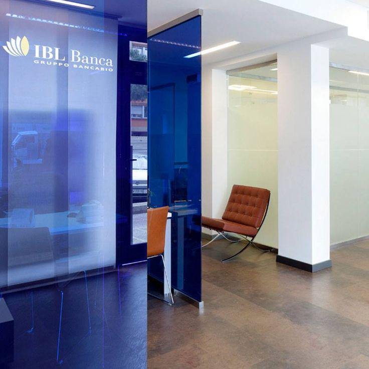 Un progetto accogliente ed elegante quello realizzato da Caporali Contract per IBL Banca: uno spazio in grado di soddisfare le esigenze lavorative e relazionali di operatori e clienti.