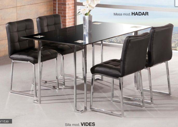 Pack Vides-Hadar: Conjunto de mesa metálica, con tapa de cristal blanco o negro. Md:140x90x75cm Cuatro sillas metálicas tapizadas en negro o blanco. Se sirve en KIT de muy fácil montaje y con instrucciones claras. Cristal templado de 8mm. Estructura metálica con recubrimiento cromado. Patas con tapas de plástico antirrayado. Tapizado en PVC lavable.   .