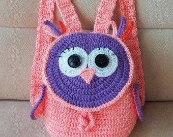 Crochet colorida mochila «Búho» para los niños. Lindo y divertido para el uso diario. ¡Hace un gran cumpleaños o regalo de Navidad!  Tamaño: diámetro de la parte inferior de 6 pulgadas y 7 pulgadas de altura.   Esta mochila Linda y de moda se hace del hilado de acrílico.  Se puede también hacer en cualquier combinación de colores y tamaños como! Déjeme por favor saber los colores que desee.  Hecho a la medida - permiten 3-5 días hacerlo.   Si usted tiene alguna pregunta, por favor no dude en…