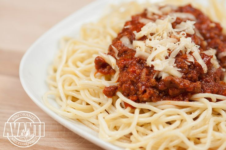 Maccheroni alla Bolognese (Macaroni pasta with meaty tomato sauce and cheese)