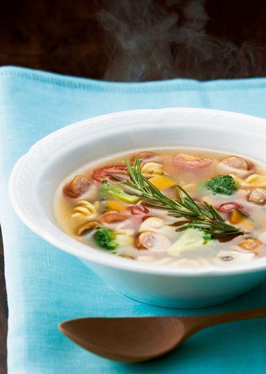 コロコロ野菜のパスタ入りスープ のレシピ・作り方 │ABCクッキング ... 大きさをそろえてコロコロした角切りにした彩りのよい野菜とソーセージ・半分に折ったフジッリをローズマリーの香りを加えたコンソメ仕立てのスープにします。