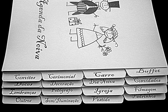 AGENDA DA NOIVA/NOIVINHOS A Agenda da Noiva e um dos produtos indispensáveis para noiva organizar os preparativos e arquivar os orçamentos do casamento. O livro é subdividido em 16 tópicos: Buffet, Carro, Cerimonial, Convites, Convidados, Dia da Noiva, Decoração, Doces, Filmagem, Igreja, Fotografo, lembranças, Padrinhos, Vestido, Som/Iluminação e Outros  para facilitar o manuseio e a organização do grande dia. Capa rígida encadernada em papel Italiano e adereços importados. Criação exclusiva…