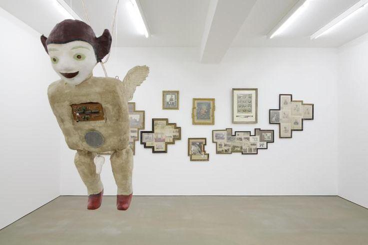 """Heri Dono: """"Flying Bidadari"""" ist eine Engel-Installation. Im Hintergrund hängen Arbeiten von Nandan Ghiya. Quelle: Galerie Alexander Ochs"""