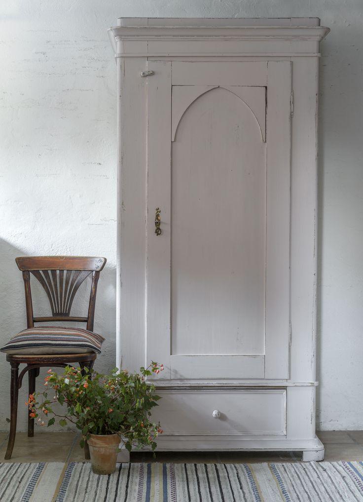 Butik Lanthandeln - Fint gammalt klädskåp i puderrosa