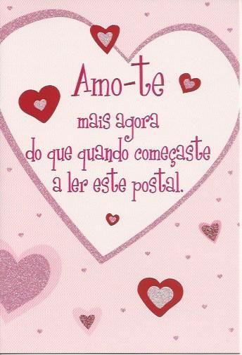 Amo-te mas agora do que quando começaste a ler este postal. Postal com purpurinas e tradução Inglêsa no verso.