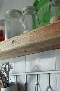 Zwevende planken - Van Oud Hout.nl Idee om in de keuken en bij de tv dezelfde (zwevende) planken t gebruiken.