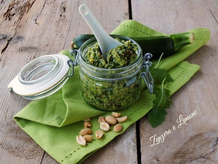 Il pesto di rucola e zucchine è una morbida salsa dal sapore delicato, perfetta per condire una pastasciutta. Può essere preparato in anticipo.