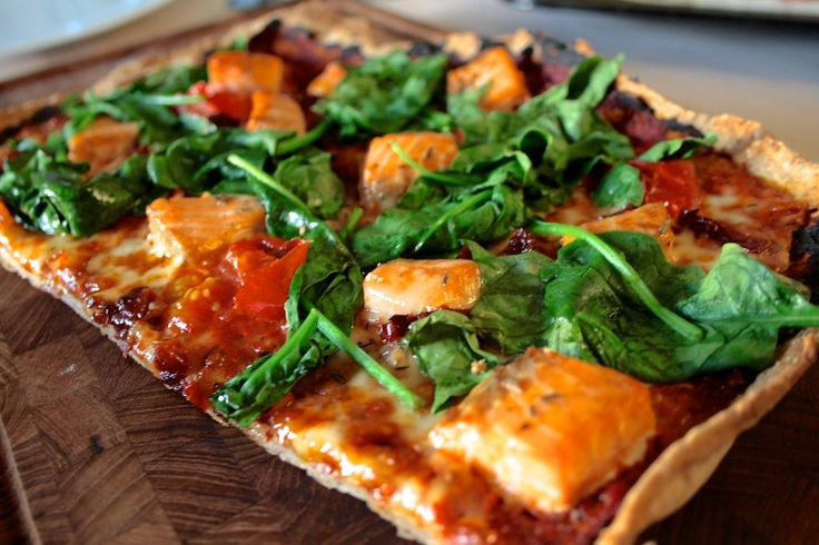 Gluten free pizza with salmon, spinach and tomatoes  Glutenfri pizza med laks, spinat og tomater