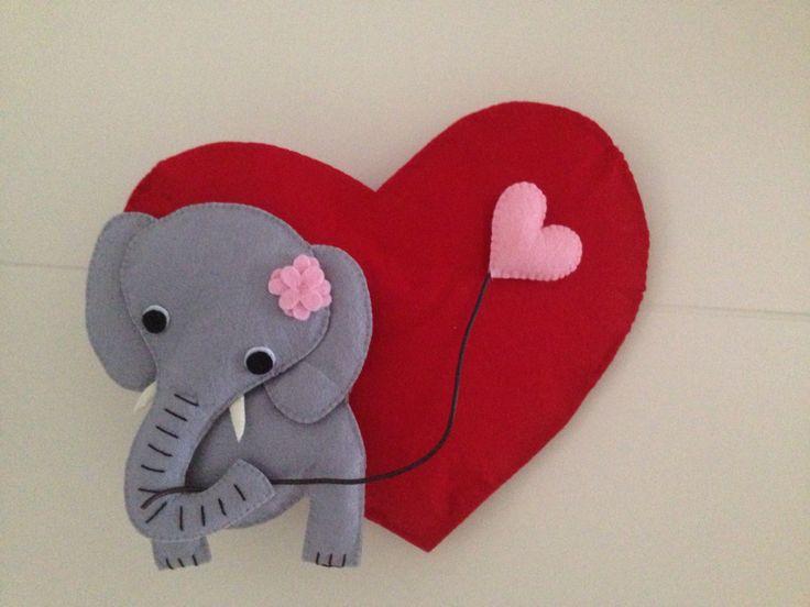 Kece fil ve sevgiliye giden kalp balonu