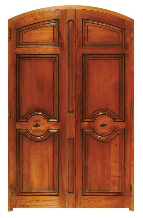 Porte modèle Aixoise à deux vantaux. Cintre surbaissé (autre sur demande), Pilastre central à cartouches, poignées lève clenche Les Forges de Signa. Modèle présenté en Tilleul.