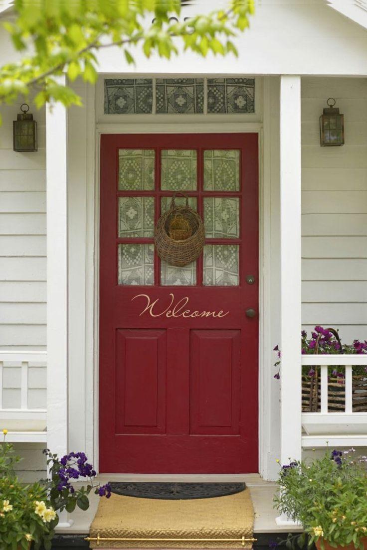 porte d'entrée en bois et verre peinte en rouge vif avec texte