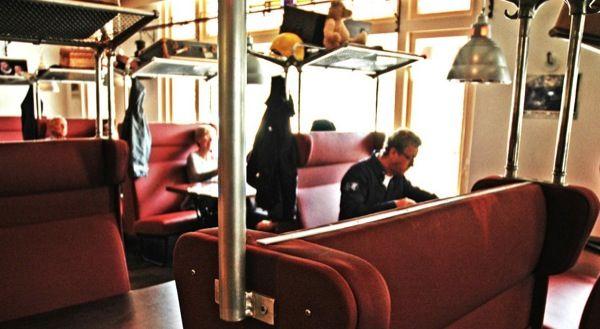 Pannenkoeken eten in echte Treinstoelen! Dit kan in het Pannenkoekenhuys 't Noorden in Aalten.