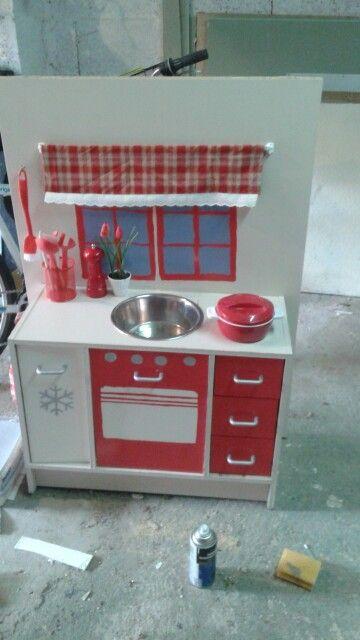 Cuisine pour enfants à partir d'un meuble de salle de bain.