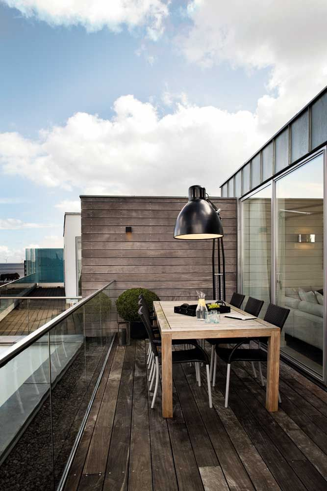 interesting mix of indoors & outdoors ... the lamp is a clash that actually works!