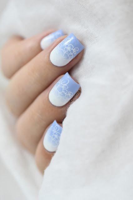 Nail art bleu et blanc.   Parfait pour affronter l'hiver :)   Pour plus d'astuces beauté, rendez-vous sur notre site :  https://www.beautiful-box.com/