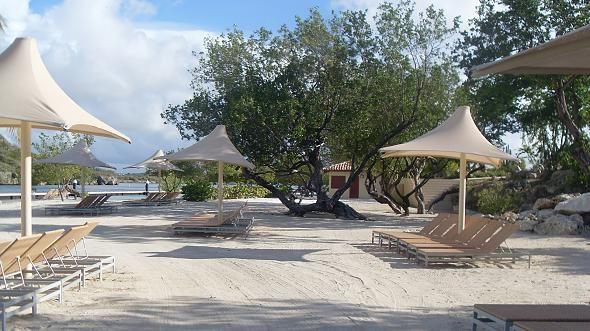 Santa Barbara Plage: La plage de la paix intérieure, Sur la plage dans des espaces d'ombre Santa Barbara sont disponibles