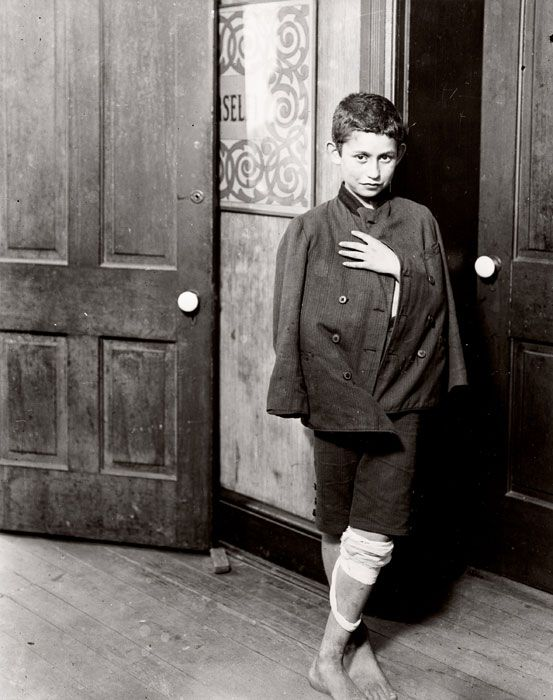 Lewis Hine, Waiting for the dispensary to open Hull House District, Chicago, 1910, foto: Lewis Hine, George Eastman House.