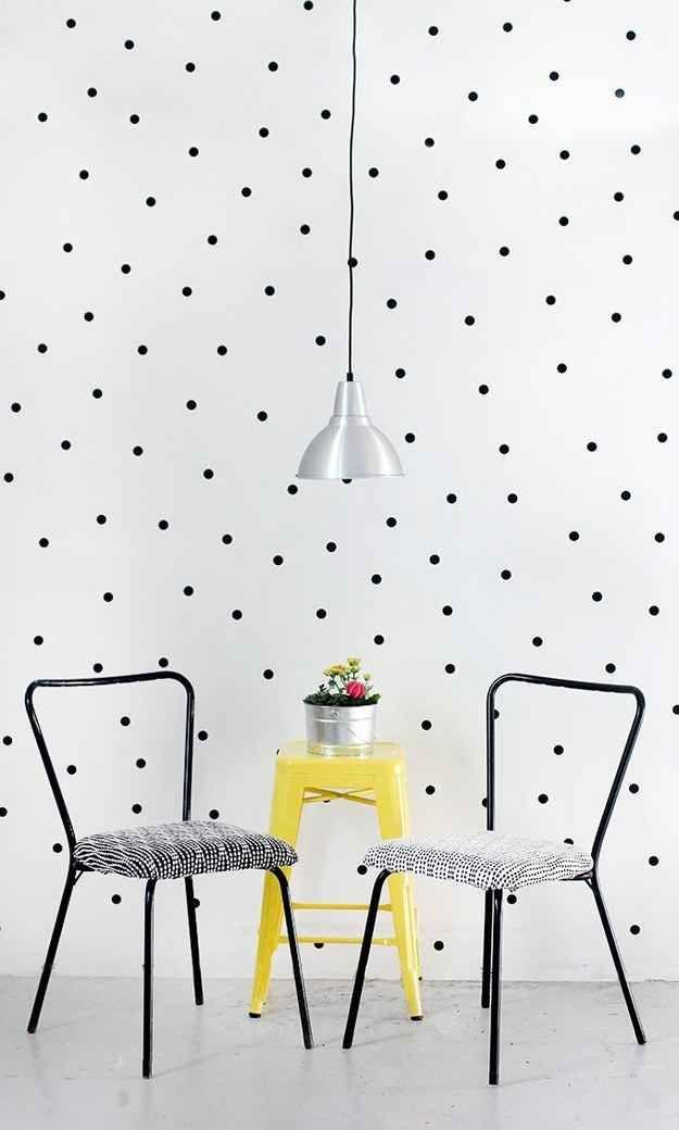 Parede de bolinhas. | 30 formas incríveis de decorar suas paredes sem gastar quase nada