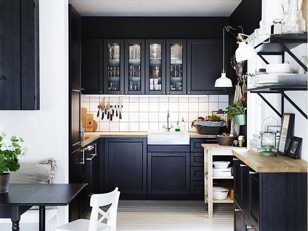 Kuchnia METOD z czarnobrązowymi drzwiami, frontami szuflad i szklanymi drzwiami LAXARBY. - zdjęcie
