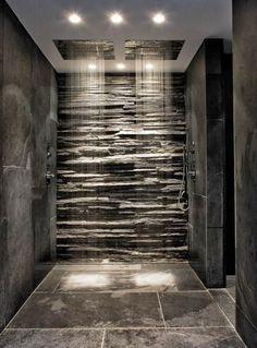ducha con pared de piedra