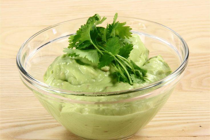 Bland presset hvidløg, hakket chili samt cremefraiche og mosede/blendede advokadoer i en skål.  Smages til med citron/limesaft, salt og peber - og tilsættes evt koriander. NB! Guacamole bliver bedst