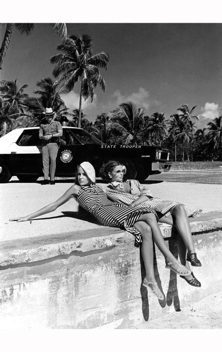 jerry-hall-and-model-lisa-taylor-vogue-january-1975-helmut-newton-vogue-january-1975