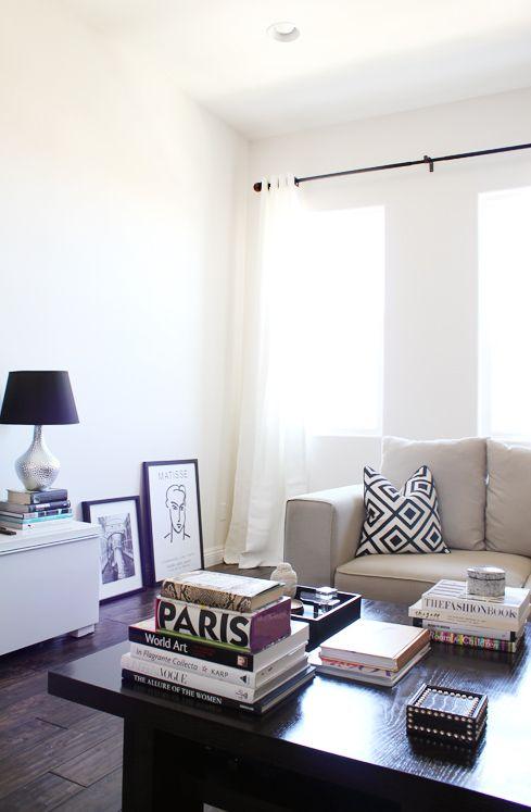 Clean: Coffee Tables Books, Living Rooms, Black And White, Livingroom, Black White, White Decor, Travel Books, Coffee Table Books, Coff Tables Books