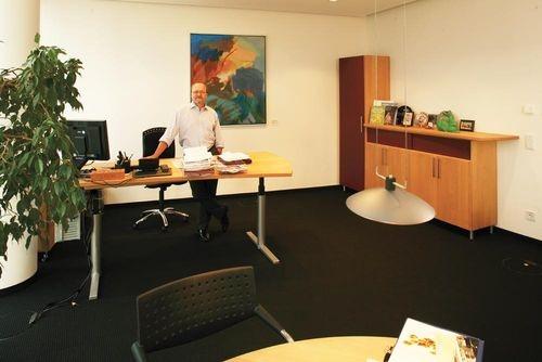 Büro mit höhenverstellbarem Schreibtisch von Claus Rättich, Mitglied der Geschäftsleitung bei der Nürnbergmesse   http://www.die-moebelmacher.de/produkte/objekt/buero/messenuernberg.html