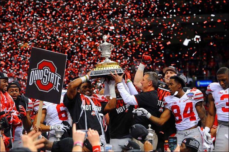 Me gusta ver el fútbol americano y reproducirlo en el fin de semana . Mi equipo favorito es Ohio state y los Dallas Cowboys.