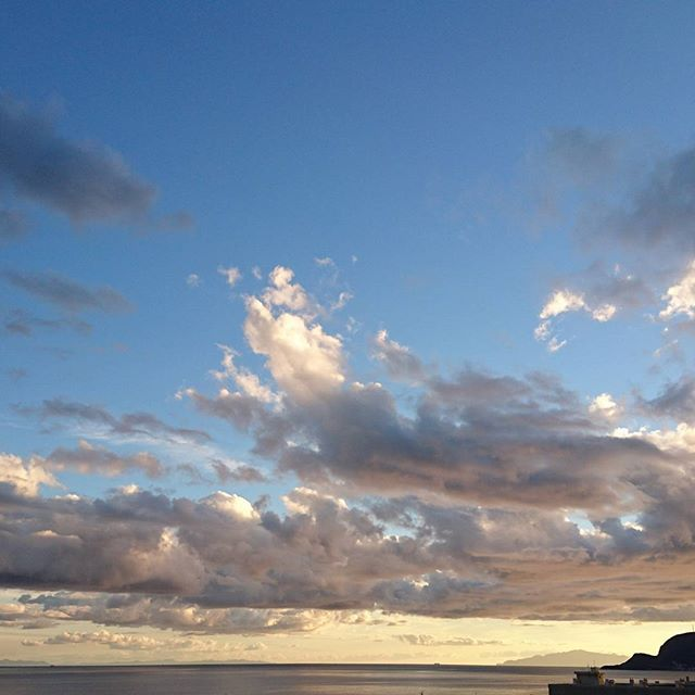 【yutonoha】さんのInstagramをピンしています。 《穏やかな夕暮れを お部屋のお風呂で眺める幸せ。  #日々 #days #秋 #autumn #遅い夏休み #空 #sky #海 #sea #雲 #clouds #夕暮れ #函館 #湯の川温泉 #のぼせてもよいのです #夢のよう》