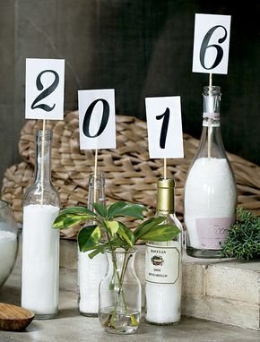 Acima, garrafas cheias de sal grosso viramsuporte para anunciar o novo ano. Numa outra ocasião, você pode usar a ideia para exibir outros dizeres (Foto: Cacá Bratke/Editora Globo)