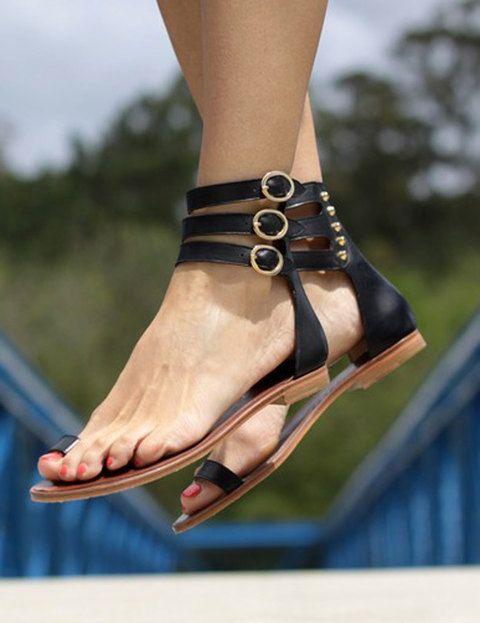 Sandalias, botines y slippers para una colección sencilla repleta de detalles, de Bartabac.
