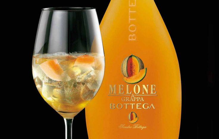 Bottega Melon Spritz è un cocktail fresco e gustoso, a base di liquore di Melone e di Prosecco spumante, che va servito in un calice ampio da vino bianco.