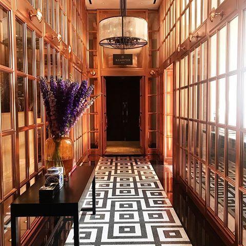 One of the prettiest corridors in London (and leads to one of my fave bars in town, Scarfes!) @rosewoodlondon esse corredor do Rosewood é tão fotogênico, e o bar do hotel é um dos meus favoritos em Londres - clima ótimo, drinks ótimos e um jazz mara! Vic Ceridono | Dia de Beauté