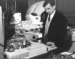 Pierre Schaeffer et le Phonogène en 1952