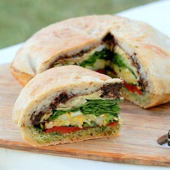 フランスの南仏風サンドイッチ、パン・バニャ。大きくて固いブールに、たっぷりの野菜を入れて食べるサンドイッチです。 第一印象の驚きももちろん、切ったあともボリュームいっぱいでびっくり!みんなを驚かせることができそうですね。