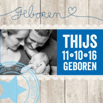 Trendy foto geboortekaartje met steigerhout en kanten rand, blauwe balk met naam in stoer lettertype en zachtblauwe stempel met ster.