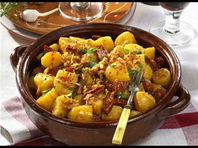 Opravdu originální a chutný recept najdete v rustikálních rolnických bramborách pečených v troubě s cibulí, česnekem a kvalitním kořením. Tradiční rumunská kuchyně nabízí množství dobrot, které jsou v naší oblasti zatím necertifikované. Změňte to a posuňte tuto lahůdku dále. Zaslouží si to! Co budete potřebovat? 1 kg brambor 200 g slaniny 2 cibule 6 stroužků …