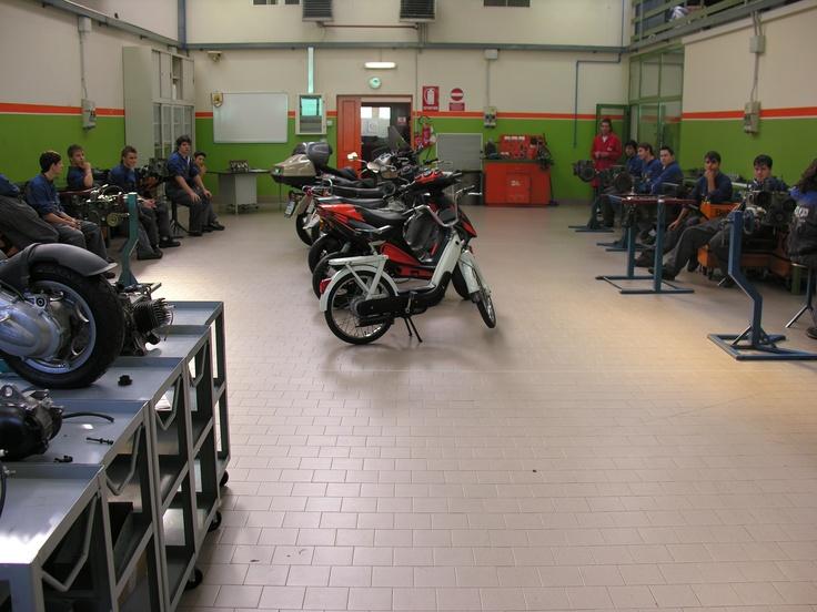 Il Centro Servizi Formativi #Enaip FVG di Pasian di Prato: le aule della formazione professionale triennale del corso per Manutentore auto e moto