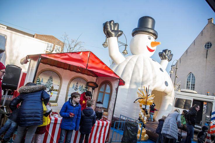 Weekmarkt in winterse sfeer op het Van Bergenplein in Etten-Leur-Noord op 30 december.