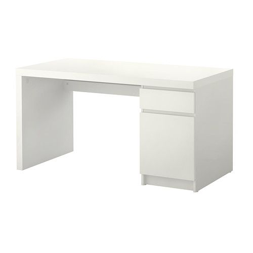 MALM Työpöytä IKEA Pöytälevyn alla hylly, jonka ansiosta jatkojohdot ja johdot saa piiloon ja pois pöydältä tilaa viemästä.