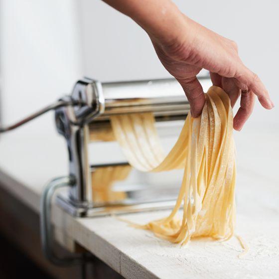 Vous voulez savoir comment faire un délicieux repas de pâtes fraîches en moins d'une heure? Avec nos directives simples et notre vidéo « 101 », vous serez experts en pâtes fraîches en deux temps, trois mouvements !