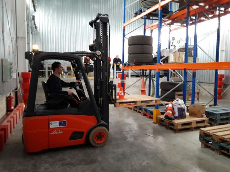 Práctica de carga de neumáticos con carretilla frontal del curso de formación con los alumnos de la Asociación de Vasija