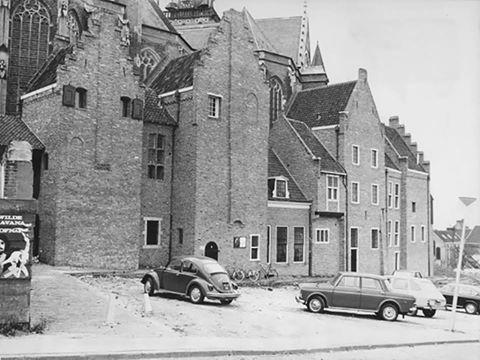 Kanunnikhuisjes aan de zuidzijde van de st Stevenskerk 1970.