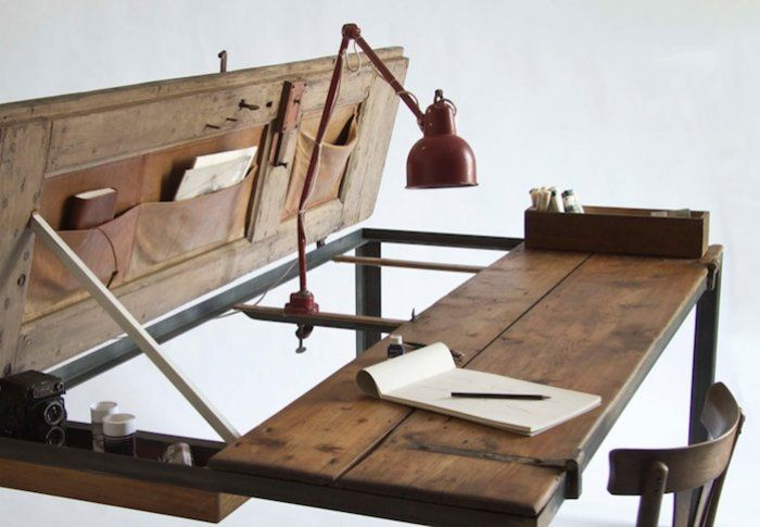 Олдскульный рабочий стол из двери.