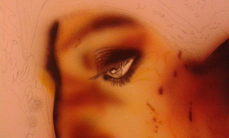 matita, pastelli gomma e taglierino per l'occhio accompagnando con aerografo con arancione scuro e marrone